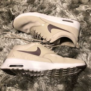 Nike's neutral air max thea 8.5 great condition